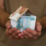 Покупатель передает деньги за муниципальную жилплощадь