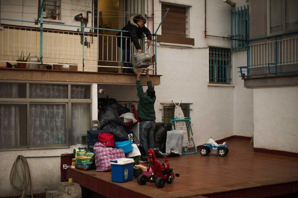 Как выселить из квартиры незаконно проживающего человека